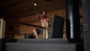 Le véritable sauna finlandais, c'est un feu de bois qui chauffe des pierres, sur lesquelles on verse de l'eau. Cette action, que les Finlandais appellent Leuleu, génère des vagues de vapeur qui font monter la température.