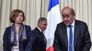 Bộ trưởng Quân Lực Pháp Florence Parly (T) và ngoại trưởng Jean-Yves Le Drian (P) và bộ trưởng Quốc Phòng Nga Sergei Shoigu trong cuộc họp tại Matxcơva, Nga, ngày 09/09/2019.