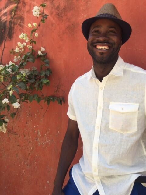Le photographe Nyaba Leon Ouedraogo sur l'Ile de Gorée.