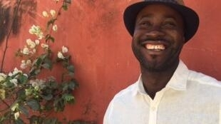 Le photographe Nyaba Leon Ouedraogo sur l'île de Gorée.