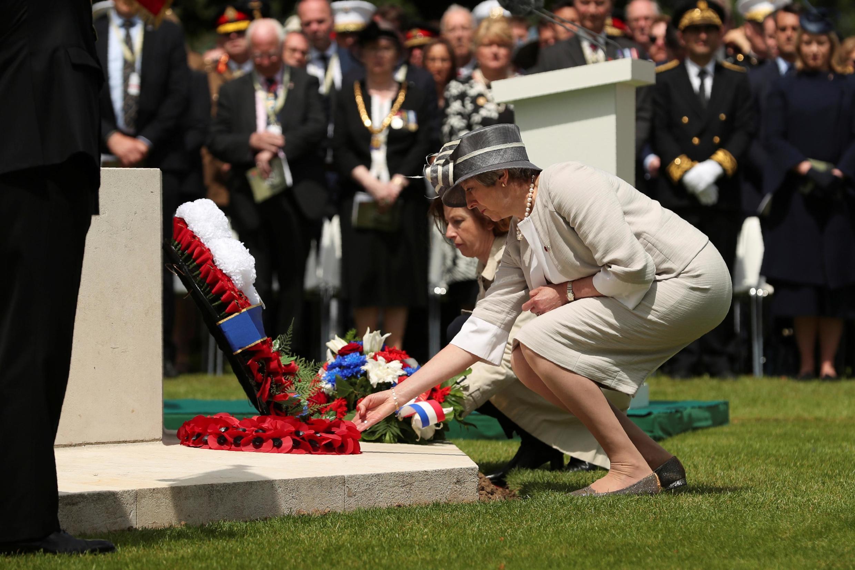 Тереза Мэй на британском воинском кладбище в городе Байё 6 июня 2019