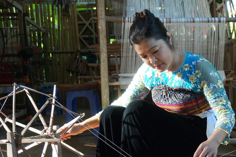 Một phụ nữ Thái trắng, thành viên hợp tác xã dệt thổ cẩm, tỉnh Hòa Bình, Việt Nam.