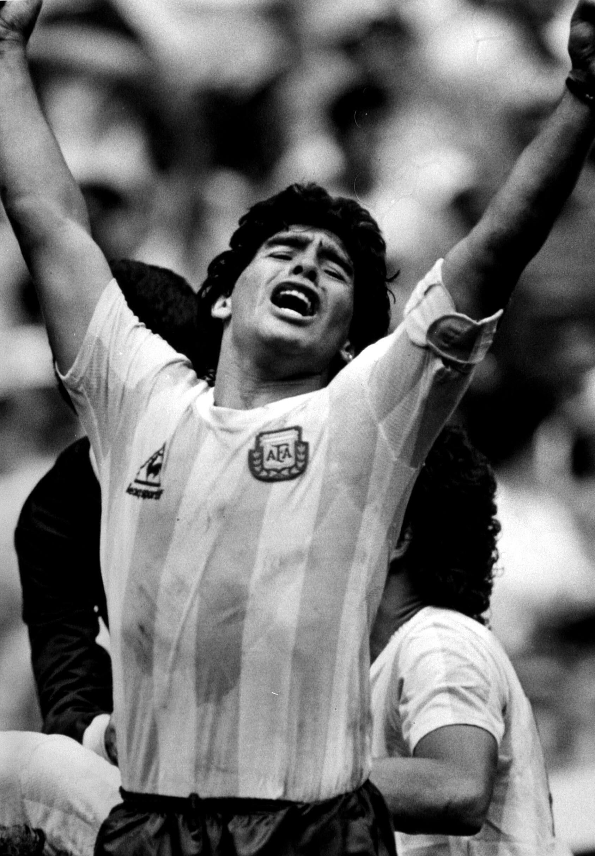 FOTO DE ARQUIVO: O astro argentino Diego Maradona levanta os braços depois que o companheiro de equipe Jorge Burruchaga marcou o gol da vitória no segundo tempo durante a final da Copa do Mundo no México, em 29 de junho de 1994.