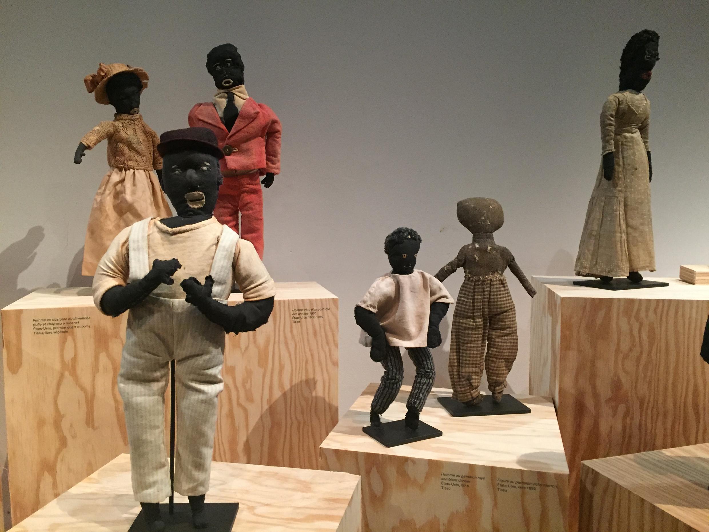 Coleção traz cerca de 200 exemplares de bonecos negros variados.