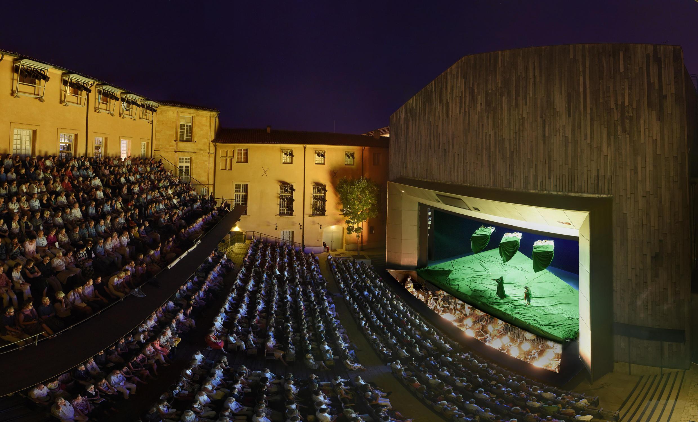 Sur la scène du Théâtre de l'Archevêché aura lieu la première de « Cosi fan tutte », mise en scène par le cinéaste Christophe Honoré.