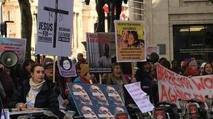 Eleitores protestaram diante da embaixada do Brasil em Londres neste domingo (28).
