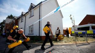 Nhân viên an ninh tại hiện trường vụ nhiễm độc hai người ở Amesbury, cách Salisbury chừng một chục km, nơi hai cha con cựu điệp viên Nga, Serguei Skripal bị đầu độc.