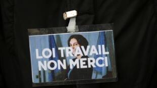 A lei proposta pela ministra Myriam El Khomri é rejeitada por centrais sindicais da França.