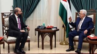 Le ministre jordanien des Affaires étrangères Ayman Safadi (G) a rencontré le président palestinien Mahmoud Abbas (D) à Ramallah, en Cisjordanie, ce jeudi 18 juin 2020.