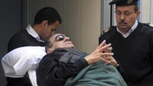 Hosni Moubarak (84 ans) était arrivé sur un lit-brancard lors de sa première comparution, le 2 janvier 2012.