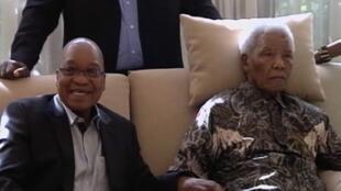 Nelson Mandela, 94 ans, et à ses côtés, le président Zuma, à Johannesburg, 29 avril 2013.