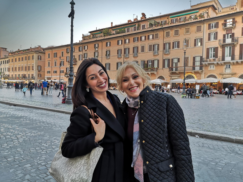 Chiara Triggiani(esquerda) e Leda Ayres na Praça Navona