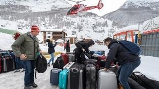 Tourists airlifted out of Swiss ski resort of Zermatt on 10 January, 2018.