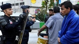 Face à face entre forces de l'ordes et migrants le 18 août 2017 à la porte de la Chapelle à Paris.