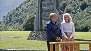Michelle Bachelet recibe de Kristine McDivitt una donación de tierras en Parque Pumalín, este 15 de marzo de 2017.