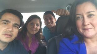 La corresponsal de RFI en Venezuela, Andreína Flores (atrás, izquieda) minutos después de ser liberada junto al colega Jorge Pérez Valery.