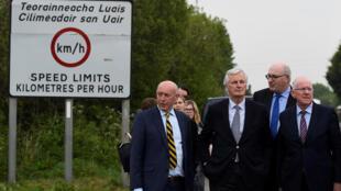 El jefe de los negociadores de la Unión Europea para el Brexit, Michel Barnier, junto a ministros irlandeses, visita la frontera entre las dos Irlandas, que sepearan Armagh del condado de Louth, el 12/05/2017.