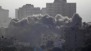 La fumée monte à la suite d'une frappe israélienne sur un bâtiment dans la ville de Gaza, le 14 juillet 2018.