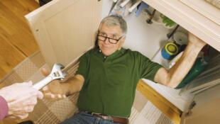 L'emploi de séniors pour des petits travaux de plomberie, par exemple, revient moins cher aux particuliers que s'ils avaient fait appel à un professionnel.