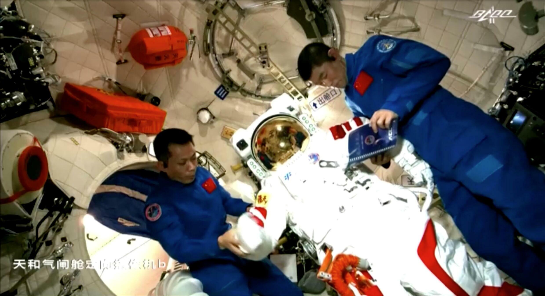 2021-06-23T072903Z_1646117502_RC276O98W44E_RTRMADP_3_SPACE-EXPLORATION-CHINA-SHENZHOU
