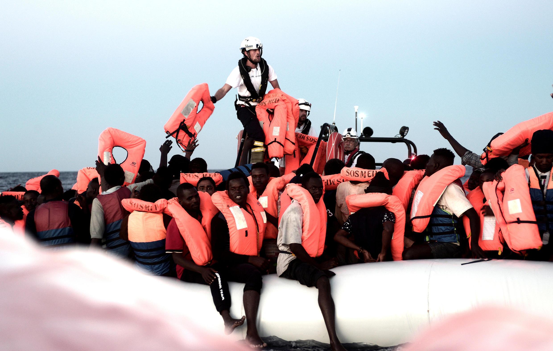 """629 мигрантов, в том числе дети, подростки и беременные женщины, находятся на борту судна """"Аквариус"""", принадлежащего НПО SOS Méditerranée."""