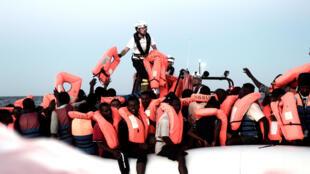 629 migrants, dont de nombreux enfants et des femmes enceintes, ont été secourus par l'Aquarius, le navire de l'ONG SOS Méditerranée, au large des côtes de la Méditerranée, le 10 juin 2018.