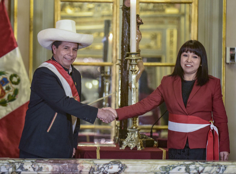 El presidente peruano, Pedro Castillo, saluda a la ambientalista y defensora de los derechos humanos Mirtha Vásquez, flamante jefa del nuevo gabinete, en Lima, el 6 de octubre de 2021
