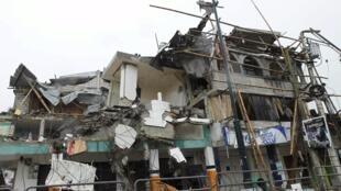 La ville de Pedernales, dans la province de Manabi, à l'épicentre du séisme, a été particulièrement meurtrie comme en témoigne ce bâtiment détruit. Photo du 22 avril 2016.