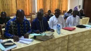 Les responsables de quatre des sept centrales syndicales béninoises en train de signer le relevé des conclusions, le 5 février 2018 à Cotonou.