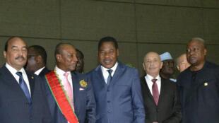 Le président guinéen Alpha Condé (3e d) avec son homologue congolais Denis Sassou Nguesso (g), son homologue mauritanien Ould Abdel Aziz (2e g) et son homologue béninois Thomas Boni Yayi, lors de son investiture, le 14 décembre 2015