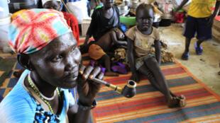 Wakimbizi wa ndani wa Sudani Kusini wakipewa hifadhi katika kambi ya umoja wa Mataifa ya Jabel, nchini Sudani.