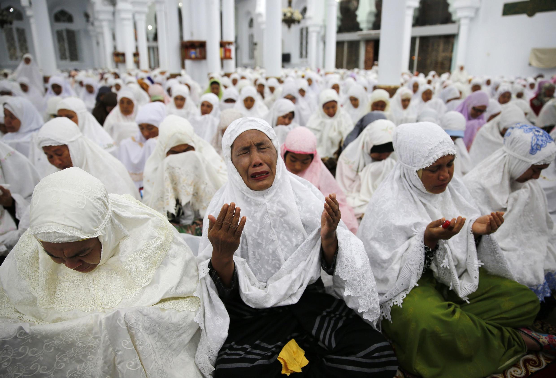 Des milliers d'Indonésiennes prient dans la grande mosquée de Banda Aceh, le 26 décembre 2014, en hommage aux victimes du tsunami de 2004.