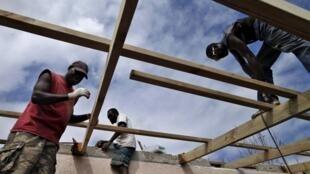 Les Vanuatais n'ont pas attendu l'aide de l'extérieure. Dès le lendemain du passage du cyclone, les habitants se sont mis à reconstruire. Port-Vila, le 19 mars 2015.