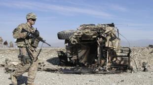 Lính Mỹ quan sát hiện trường tấn công khủng bố ở vùng Jalalabad, Afghanisstan, ngày 13/11/2014, nhắm vào một đoàn xe của NATO.