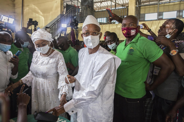 Kiongozi wa upinzani nchini Guinea Cellou Dalein Diallo anapiga kura huko Conakry, Oktoba 18, 2020.