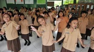 Des élèves indonésiennes de l'école élémentaire Menteng I, fréquentée auparavant par Obama, chantent un hymne à sa gloire.