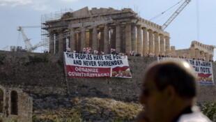 Banderole de fonctionnaires grèvistes sur l'Acropole, Athènes, 2011.