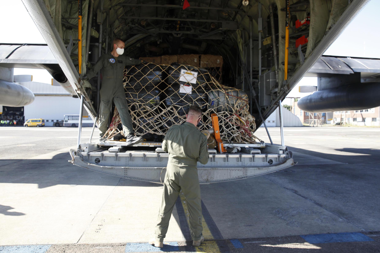 Военно-транспортный самолет с гуманитарным грузом готовится к вылету из Брюсселя в Бейрут. 7 августа 2020 г.