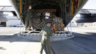 Militares cargan equipos y suplementos de ayuda para el Líbano a bordo de un avión C130 en Bruselas el 7 de agosto de 2020, con destino a Beirut, tres días después de que una poderosa explosión arrasara una gran parte de la capital libanesa Beirut.