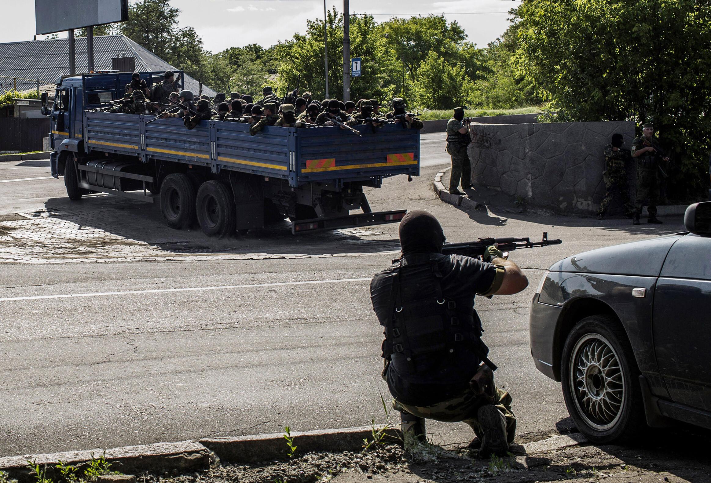 Chiến binh thân Nga gần sân bay Donetsk, Ukraina, 26/05/2014.
