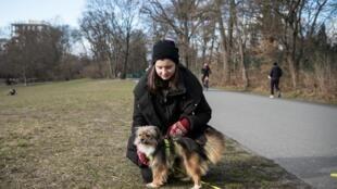 Uschi y su nueva dueña, Annelie Salomon, en un parque de Berlín el 19 de marzo de 2021