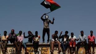 Des manifestants à Khartoum au Soudan, le 24 avril 2019.