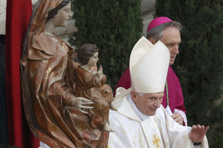 Почетный Папа римский Бенедикт XVI на церемонии канонизации Иоанна XXIII и Иоанна Павла II в Ватикане