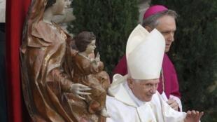 O papa emérito Bento XVI chegou cedo para a cerimônia de canonização no Vaticano.