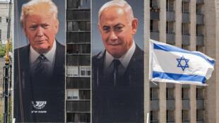 Retratos gigantes del primer ministro israelí Benjamin Netanyahu (D) y del presidente estadounidense Donald Trump, expuestos por una asociación que representa a colonias en Cisjordania ocupada, el 10 de junio de 2020 en Jerusalén