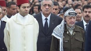 Philippe Séguin (C) assiste, aux côtés du président de l'Autorité palestinienne Yasser Arafat (D) et du prince marocain Moulay Rashid (G), aux obsèques de l'ancien président tunisien Habib Bourguiba, le 08 avril 2000 à Monastir.