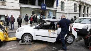Des voitures vandalisées sur les Champs-Elysées, lundi 13 mai 2013.