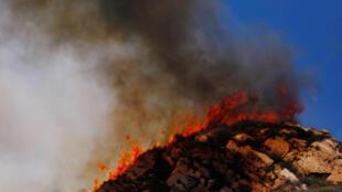 Llamas de fuego descontroladas mientras los bomberos intentan calmar los incendios en Malibú