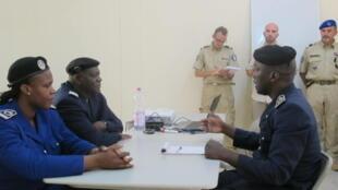 Des commissaires de police maliens sont formés par des instructeurs européens d'Eucap-Sahel