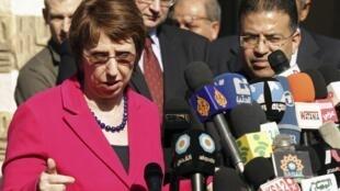 La chef de la diplomatie européenne Catherine Ashton (G) lors d'une conférence de presse à l'Agence de l'ONU pour les réfugiés palestiniens (UNRWA) à Gaza, le 25 janvier 2012.
